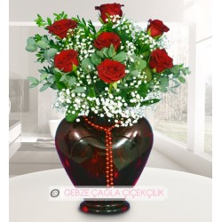 Kırmızı kap vazoda 7 gül